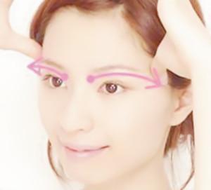 """""""面部刮痧瘦脸美容有一套系统的按摩手法"""